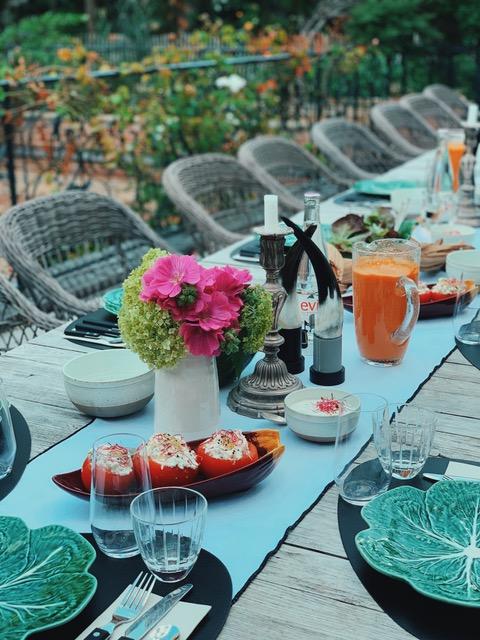 Brunch gourmand servi sur la terrasse